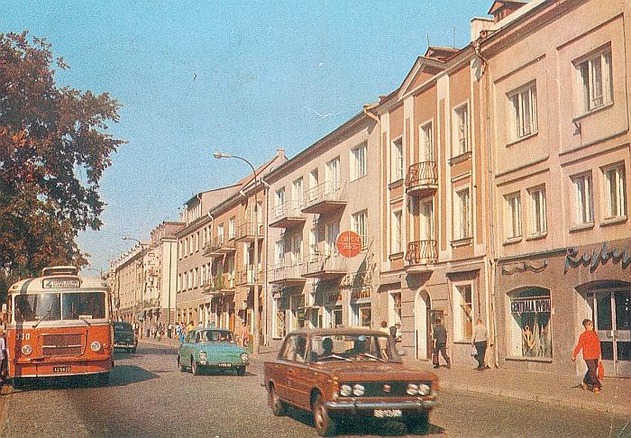 Autobus czerwony przez ulice mego miasta mknie