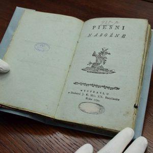 Ta księga ma ponad 220 lat i to prawdziwy skarb! Właśnie wróciła na Podlasie.
