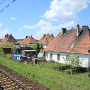 Te charakterystyczne domki zna każdy, kto jechał pociągiem do Warszawy.