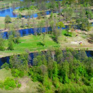 Ta rzeka częściowo leży w Podlaskiem. Warto tam się wybrać na plaże, kajaki i rowery.